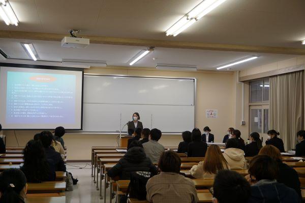 卒業論文発表会が行われました。